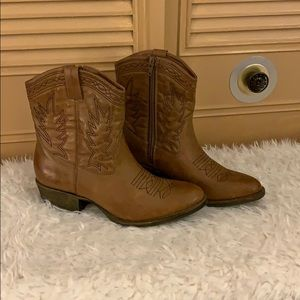 Shoes - Western style boots